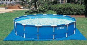Wat te plaatsen onder Intex zwembaden - 4 ideeën voor een lange levensduur en de ene fout te vermijden