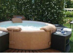 installeren van een opblaasbare jacuzzi in uw tuin